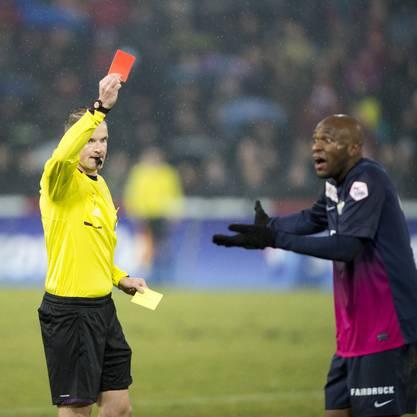 Schiedsrichter Alain Bieri zeigt Zürichs Franck Etoundi die gelbrote Karte