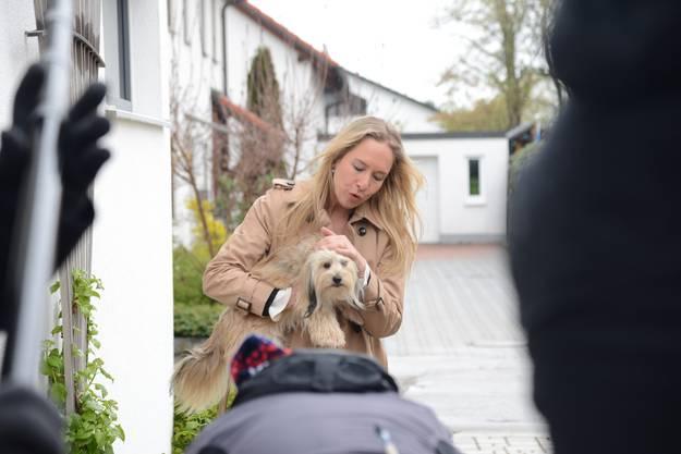 Die Crew stellt nach, wie das Opfer Carla Schauer am Tatmorgen ihren Hund der Nachbarin bringt.