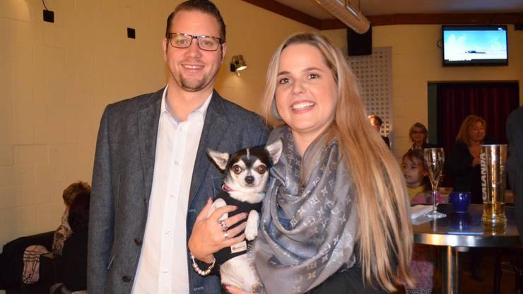 Martina Bircher feiert mit Lebenspartner Fabian Meyer (35) und Hündin Garabina ihren Wahlsieg.