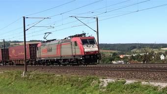 Ein Container-Güterzug auf der Eisenbahnstrecke Basel–Zürich bei Frick, unterwegs in Richtung Bözberg. chr