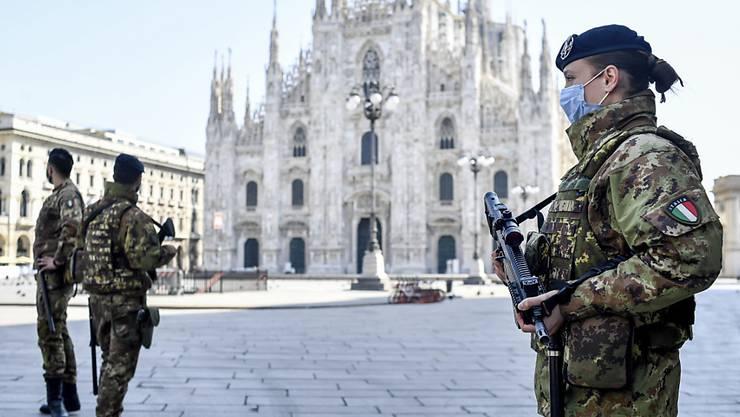 Der Platz vor dem Mailänder Dom bleibt länger leer: Die italienische Regierung verlängert die strikten Ausgangsverbote für die 60 Millionen Bürger um rund drei Wochen bis zum 3. Mai.
