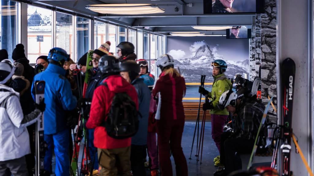 Rund 100 Arbeitssuchende sollen einen befristeten Arbeitsvertrag erhalten und für die Einhaltung der Coronamassnahmen sorgen. (Bild: Zermatt im Jahr 2019)