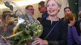 """Wahlerfolg eines """"Promis"""": Die neue SVP-Nationalrätin Esther Friedli nimmt im St. Galler Wahlzentrum Gratulationen entgegen. Ihr Lebenspartner Alt-Nationalrat Toni Brunner bewirtete derweil die Gäste im gemeinsamen Landgasthof im Toggenburg."""