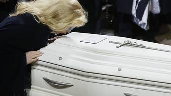 Vor der Beerdigung in der Karibik haben Freunde und Fans in Paris am weissen Sarg von Johnny Hallyday vom Rockstar Abschied genommen. (Archivbild)