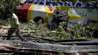 Beim Sturz des Busses in eine Schlucht wurde am Fahrzeug das Dach abgetrennt.