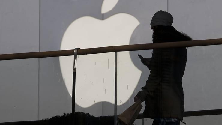 Das vergangene Weihnachtsgeschäft lief für Apple rund. Der Konzern legte bei Umsatz und Gewinn kräftig zu. (Archivbild)