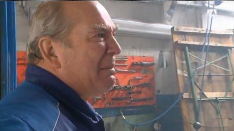 Garagenbesitzer Hans Brügger ist nach dem Brand am Boden zerstört.