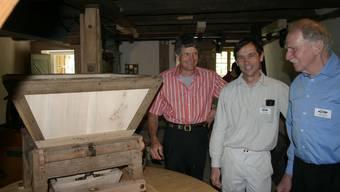 Freude an der restaurierten historischen Mühle, von rechts: Pro-Aumüli-Vereinspräsident Fredi Hofmann, «Mühlen-Doktor» Kurt Fasnacht und Alfred Schneiter, der hier künftig mahlen will. (Bild: ter.)