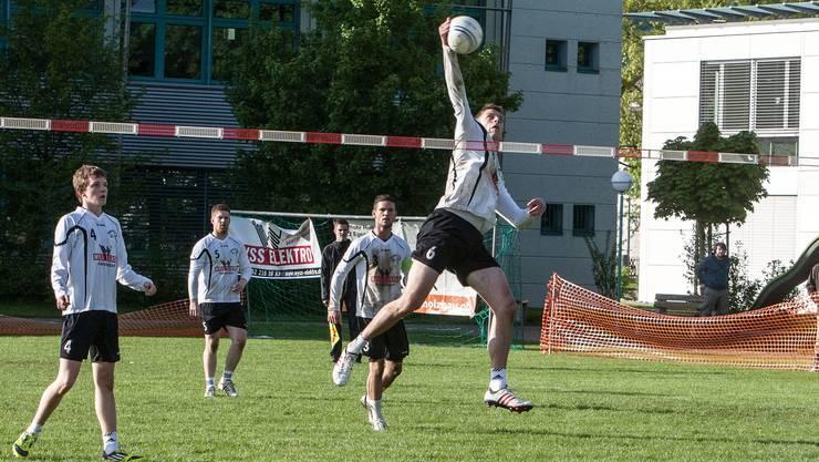 Neuendorfs Faustballer kämpften zum Saisonstart unglücklich.