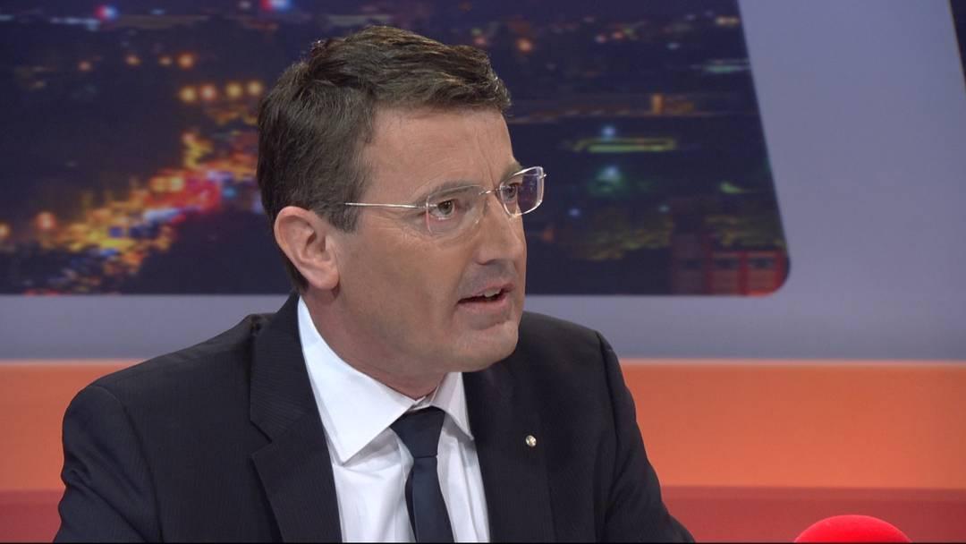 Gar nicht gleicher Meinung: Im «TalkTäglich» auf «Tele M1» am Dienstagabend liefern sich der Aargauer SVP-Präsident Thomas Burgherr (links) und Konsumentenschützerin Sara Stalder ein Streitgespräch – sehen Sie hier bereits die Highlights.