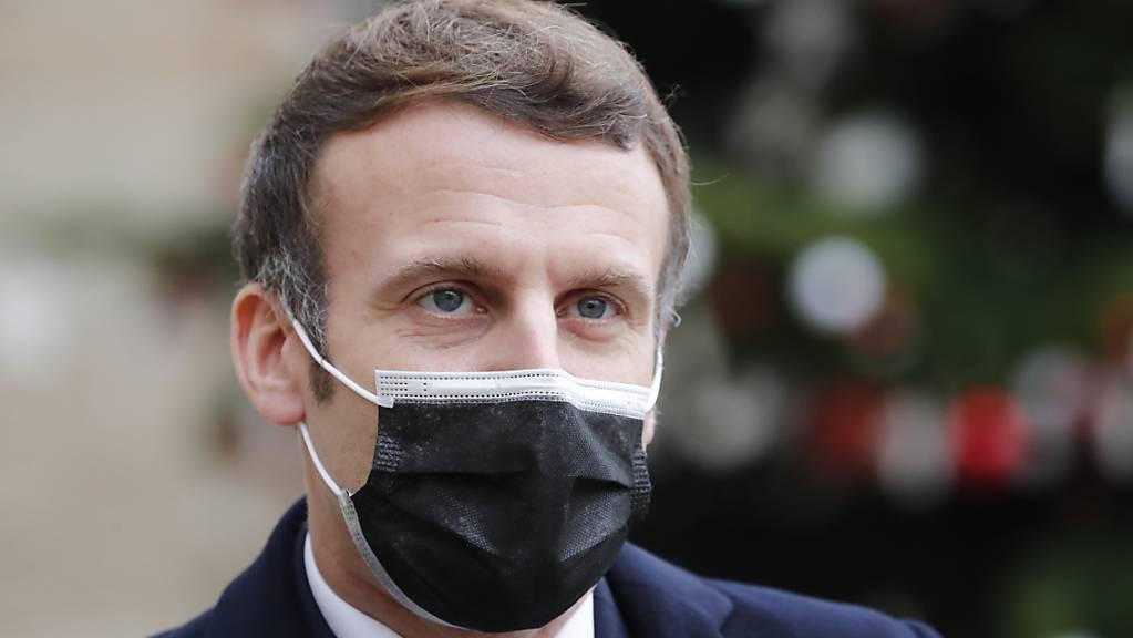 Der französische Präsident Emmanuel Macron wurde vergangene Woche positiv auf das Coronavirus getestet und befindet sich seitdem in Quarantäne. Foto: Francois Mori/AP/dpa