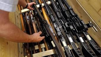 Nicht alle Dienstwaffen der Armee lagern vorschriftsgemäss im Zeughaus (Archiv)