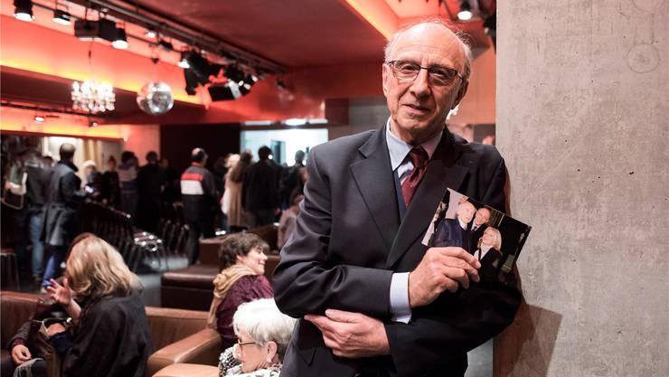 Juraj Styk mit einem Foto von LSD-Erfinder Albert Hofmann – seine Frau und er feierten mit ihm seinen 100. GeburtstagRoland Schmid