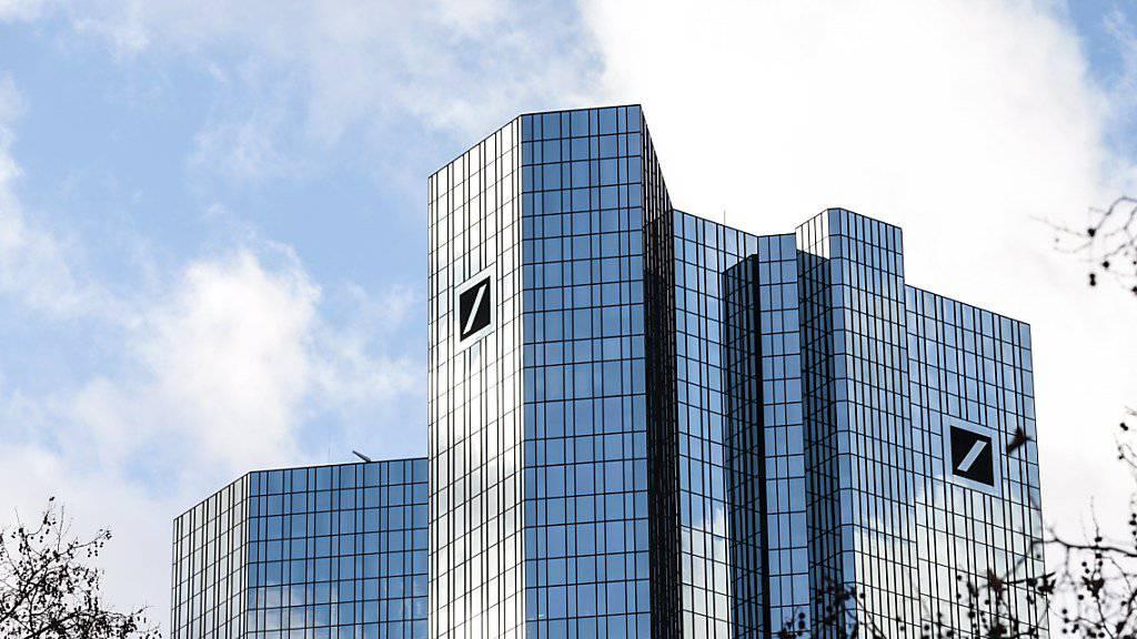 Die Deutsche Bank hat im dritten Quartal deutlich weniger verdient als noch im Vorjahr. (Archivbild)