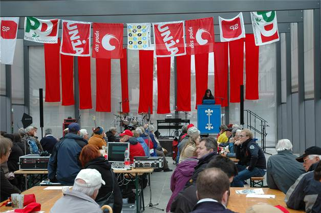 Knapp 100 Personen haben sich zum 1. Mai auf dem Kirchplatz versammelt.