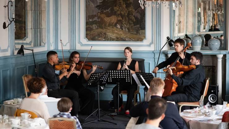 Ein Ensemble um die Klarinettistin Clara Riccucci spielt am Sonntagmorgen im Salon des Château Gütsch Mozarts Klarinetten-Quintett.