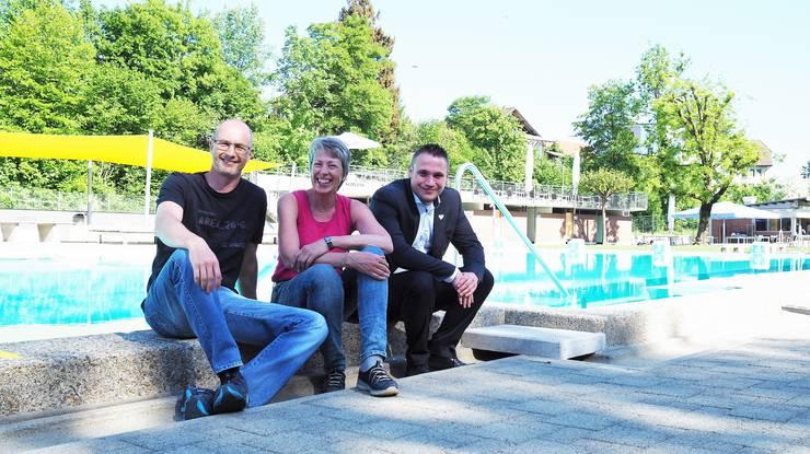 Der Sommer ist schon da und Badmeister Christof Hübscher (l.), Kassenfrau Annegret Hirschi und Restaurant-Pächter Philipp Lauber sind bereit für die Badisaison.