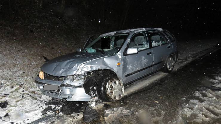 Wegen Eis und Schnee auf der Strasse verlor ein Autofahrer die Kontrolle über sein Fahrzeug.