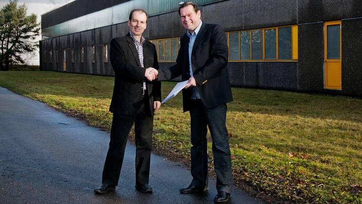 Roland Brack, CEO der Competec-Holding AG, und Jörg Weber, Geschäftsinhaber von Chicorée, vor der Lagerhalle in Brunegg. Annika Bütschi