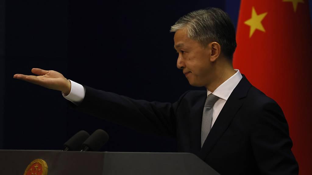 Der Sprecher des Außenministeriums, Wang Wenbin, kritisierte am Mittwoch vor der Presse in Peking das Maßnahmenpaket, das die EU-Staaten als Reaktion auf das neue Staatssicherheitsgesetz in der chinesischen Sonderverwaltungsregion vorgelegt hatten. Foto: Ng Han Guan/AP/dpa
