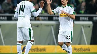 Jonas Hofmann (rechts) freut sich mit Alassane Pléa über das 2:0