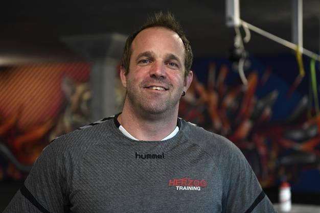 Tommy Herzog leitet ein knallhartes Training in Gunzwil.