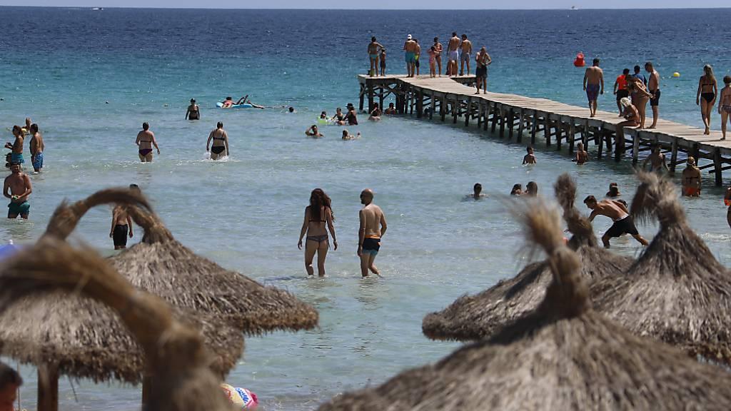 Spanien-Urlaub: Sommer, Sonne, Strand und Schutzmaske