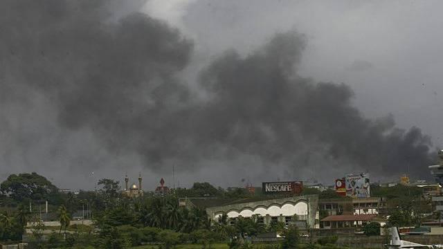 Rauch über den Dächern von Abidjan, wo heftige Kämpfe toben