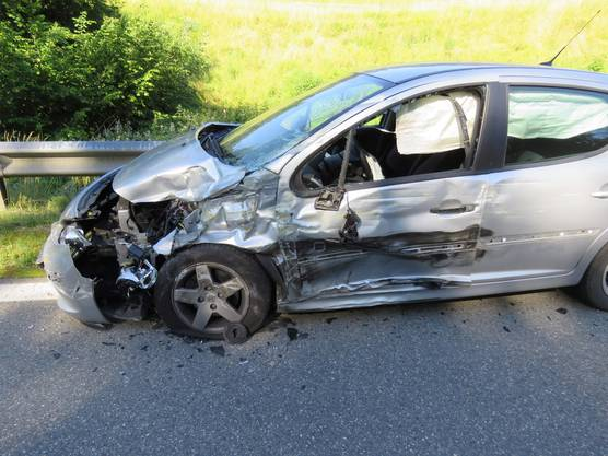 Beide Insassen des Peugeots mussten per Ambulanz ins Spital gebracht werden. Den Sachschaden schätzt die Kantonspolizei auf 20'000 Franken.