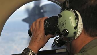 Ein Soldat sucht die Meeresoberfläche im März 2014 nach dem vermissten Flug MH370 ab. Die Suche wurde eingestellt. (Archiv)