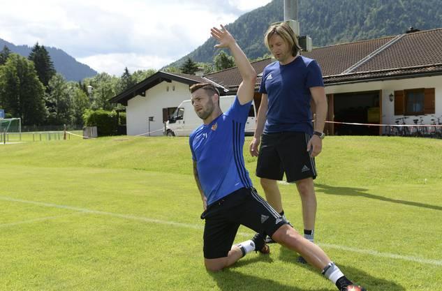 Dirk Wüst (hinten) arbeitete 16 Jahre lang für den FC Basel, hier mit dem früheren FCA-Junior und heutigen Wolfsburg-Profi Renato Steffen