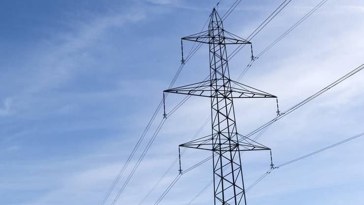 Insgesamt 50 Strommasten werden in Hausen am Albis abgebaut. (Symbolbild)