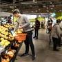 Vorerst können Kunden in der Migros weiterhin nur Lebensmittel kaufen.