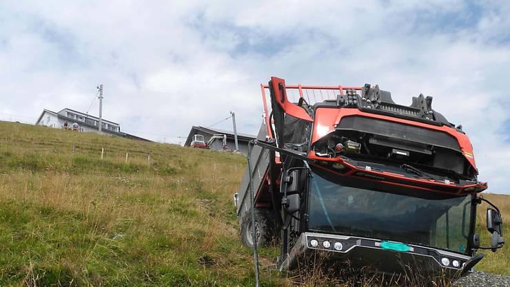 Aus diesem umgekippten landwirtschaftlichen Fahrzeug am Rigi-Kulm konnte am Dienstag der Fahrer nur noch tot geborgen werden.
