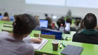 In den vergangenen fünf Jahren stieg die Zahl der Akademiker in allen Schweizer Grossstädten kontinuierlich an. Blick in einen Vorlesungssaal der Universität Zürich. (Symbolbild)