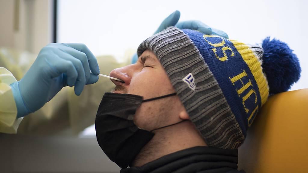 Ein Mann bei einem PCR-Corona-Test im Testzentrum beim Spital in Davos. (Archivbild)