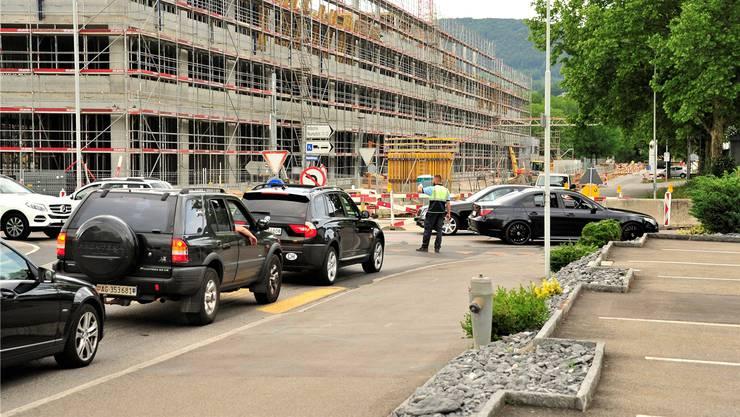 Ein Verkehrsdienst am neuralgischen Punkt, dem «Nicht-Kreisel» Tellistrasse-Neumattstrasse, soll die Situation verbessern.