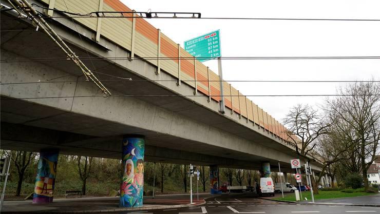 Blick auf die Autobahnbrücke im Weiler Quartier Friedlingen – oben auf der Brücke hat man an dieser Stelle den Zoll Richtung Schweiz schon passiert.