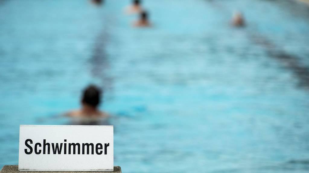Swimmers enjoy themselves in the 50 metres swimming pool in the lido in Thun, Switzerland, pictured on July 15, 2014. (KEYSTONE/ Peter Schneider)  Schwimmer vergnuegen sich im 50-Meter Schwimmbecken, am Dienstag, 15. Juli 2014, im Strandbad in Thun. (KEYSTONE/ Peter Schneider)