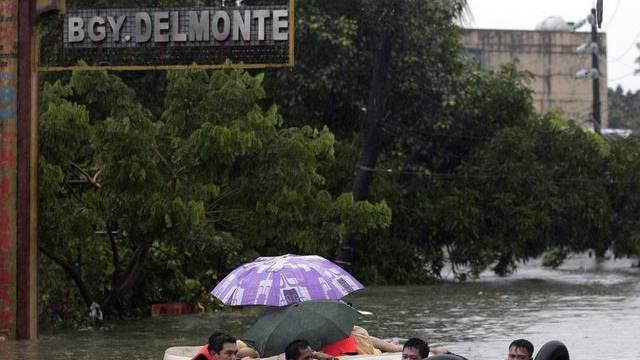 Helfer evakuieren Anwohner in Manila