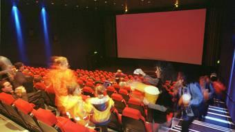 Kinobesucher suchen ihre Plätze. Nur: Wohin sich setzen, wenn das Coronavirus grassiert (Symbolbild)?