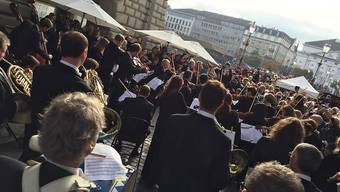 Musiker des Luzerner Sinfonieorchesters beim Flashmob-Konzert am Samstag in Luzern.