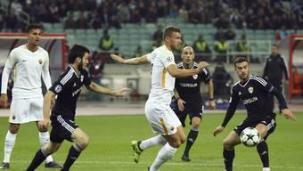 Roma-Torschütze Edin Dzeko im Duell mit der Karabach-Abwehr