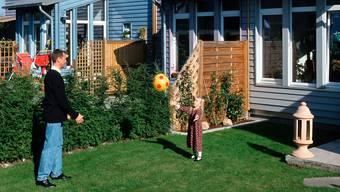 Ein Haus mit Garten ist seit Jahrzehnten der Traum jeder Mittelstandfamilie. In Zukunft wird es noch schwieriger, ihn zu realisieren.KEYSTONE