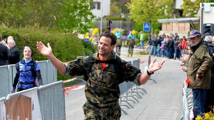 Daniel Hermann lässt sich im Ziel feiern, als wäre er der Sieger.