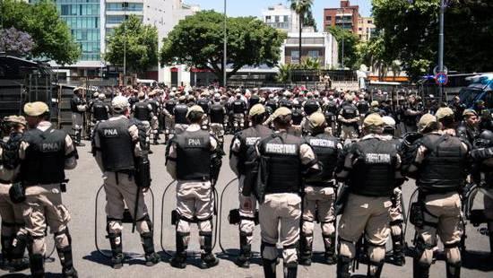 Sicherheitskräfte gegen Fussball-Hooligans: Der Sport bleibt in Argentinien auf der Strecke.