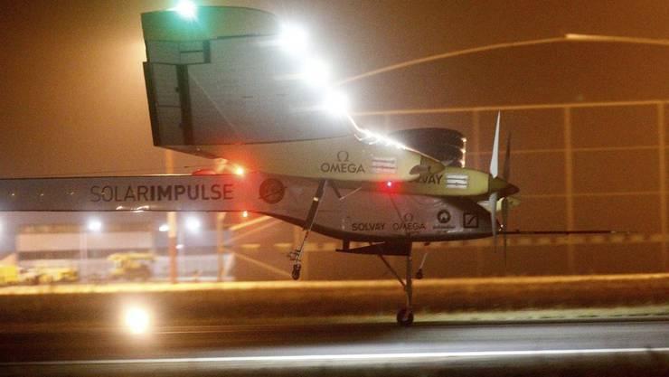 Nach dem 20-Stunden-Trip landet die Solar Impulse in Flughafen Rabat in Morokko