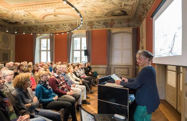 Bis auf den letzten Platz besetzt war der Rittersaal, als Marianne von Roll aus der Familiengeschichte erzählte.