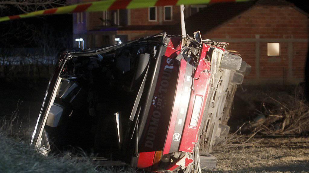 Das Busunglück in Nordmazedonien hat 14 Todesopfer gefordert. Die Regierung hat Staatstrauer angeordnet.