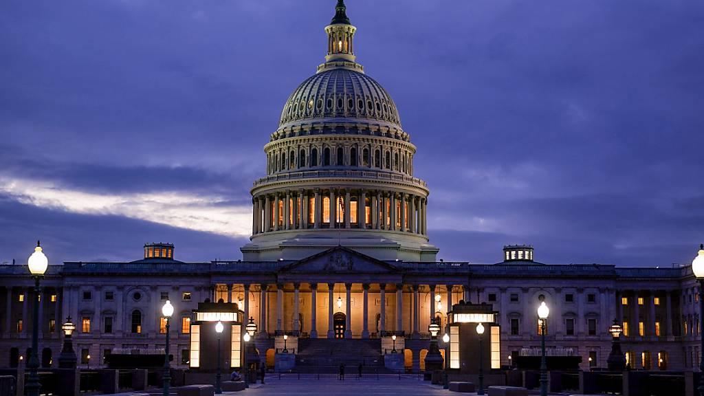 Das Licht in der Kuppel des Kapitols leuchtet und zeigt an, dass die Arbeit im Kongress weitergeht. Foto: J. Scott Applewhite/AP/dpa